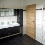 Bad im Obergeschoss mit Wanne, Dusche, doppeltem Waschbecken, WC und Handtuchtrockner
