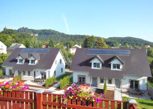 Idyllisch liegen die beiden Apartmenthäuser inmitten von Papstdorf.