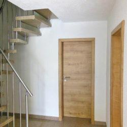 Rechter Hand der Zugang zu Wohnbereich und Küche, garadeaus gelangen Sie in das erste Bad.