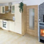 Komplett eingerichtete Küche mit Geschirrspüler, Mikrowelle, E-Herd mit Backofen, Kühlschrank etc.