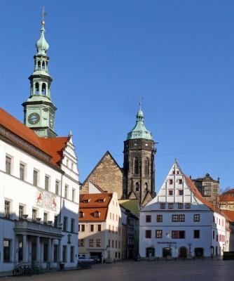 pirna - der historische marktplatz mit rathaus, stadtkirche st. marien und canalettohaus