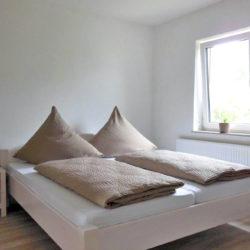 Im Obergeschoss finden Sie 3 Schlafzimmer mit Doppelbetten, 2 davon mit zusätzlich einem Einzelbett. Im Dachgeschoss befindet sich noch einmal ein Zimmer mit Doppelbett.