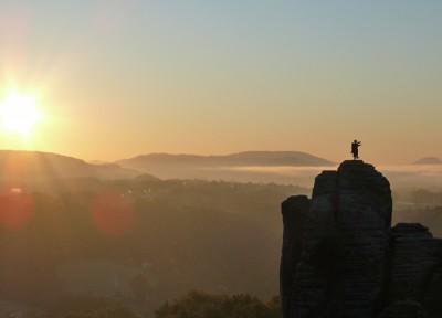sonnenaufgang am mönch - kletterfelsen in der sächsischen schweiz mit wetterfahne (mönch)